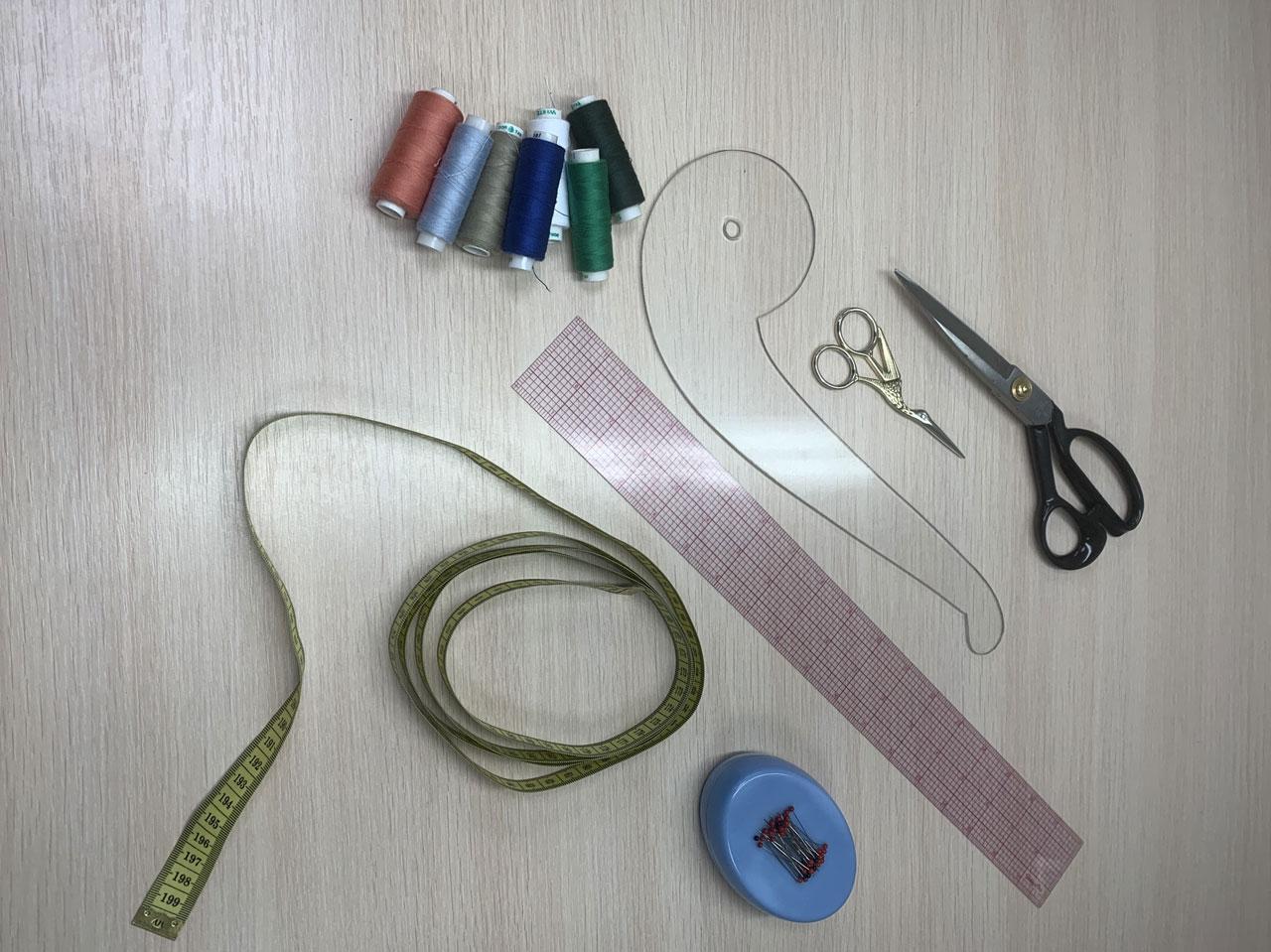 Набор инструментов для пошива домашнего платья дома