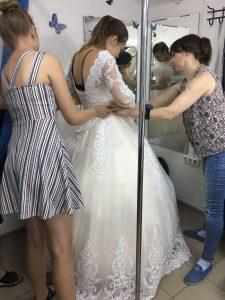"""На фото примеряют свадебное платье невесты в ателье """"Новый образ"""" г. Краснодар"""