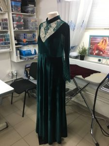 """Фото красивого, темно-зеленого платья сшитого в ателье """"Новый образ"""" г. Краснодар"""