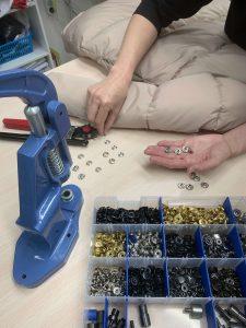 Фото набора инструментов для ремонта заклепки на одежде