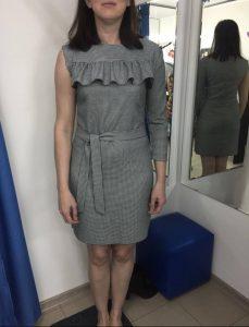 Примерка серого платья в ателье