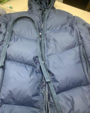 На фото куртка с порванной молниейи