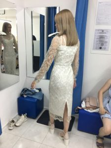 """На фото девушка примеряет вечернее платье в ателье """"Новый образ"""" г. Краснодар"""