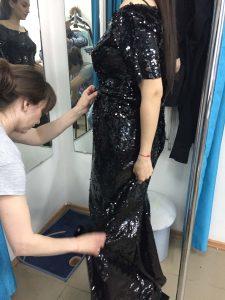 На фото вечернее платье черное