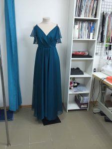 На фото вечернее темно синее платье