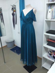 На фото вечернее темно синее платье вид сбоку