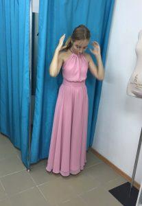 """На фото девушка примеряет вечернее розовое платье в ателье """"Новый образ"""" г. Краснодар"""