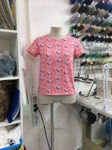 """На фото женская розовая футболка сшитая в ателье """"Новый образ"""" г. Краснодар"""