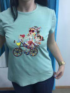 """На фото женская зеленая футболка со стикером сшитая в ателье """"Новый образ"""" г. Краснодар"""