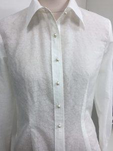 """На фото женская белая рубашка сшитая в ателье """"Новый образ"""" г. Краснодар"""