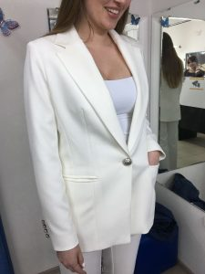 """На фото девушка примерила белый пиджак сшитого на заказ в ателье """"Новый образ"""""""
