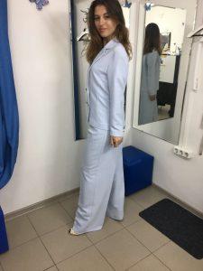На фото девушка примерила женский костюм в ателье краснодара