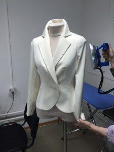 """На фото женский пиджак белый в ателье """"Новый образ"""" Краснодар"""