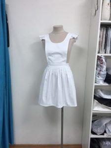 """В ателье """"Новый образ"""" на манекене висит женское белое короткое платье"""