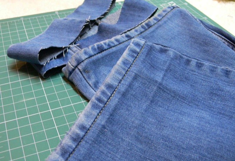 На фото подшитые джинсовые брюки